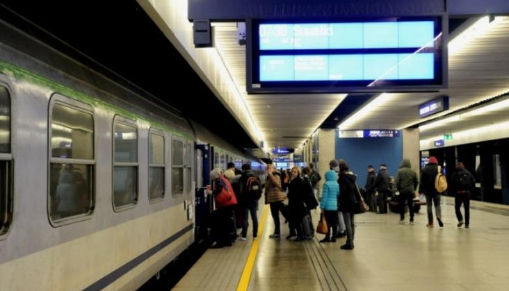 Kolejarze walczą zmrozem. Wciąż sporo pociągów jest opóźnionych iodwołanych