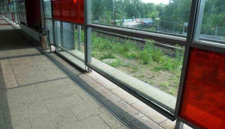 Osuwają się szyby naprzystanku Warszawa Stadion. Standard PKP?
