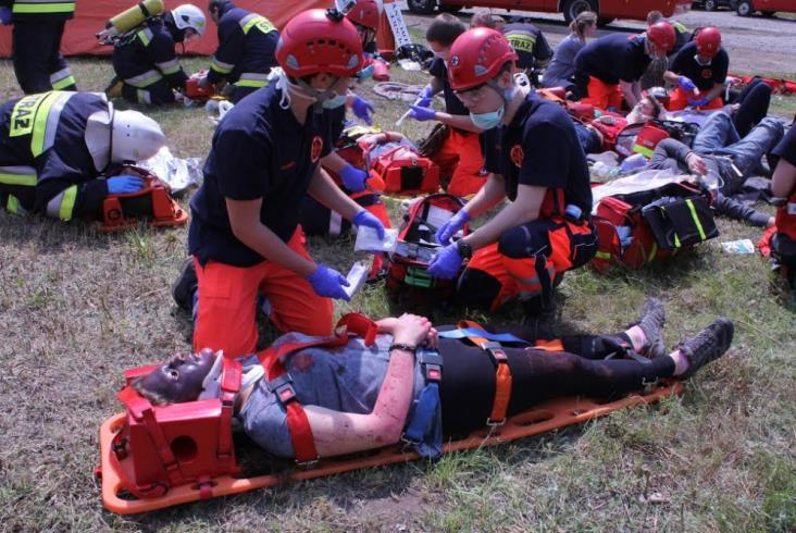 Strażacy wyprowadzali ludzi z płonącego EN57. Na szczęście to ćwiczenia (zdjęcia)