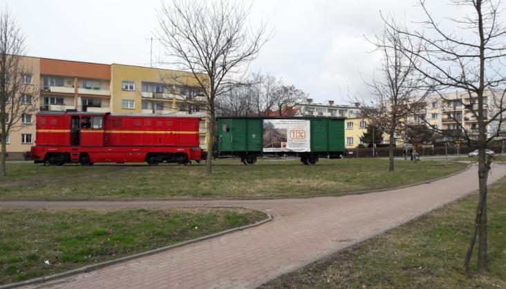 Wąskotorowy wagon stanął na koszalińskim osiedlu