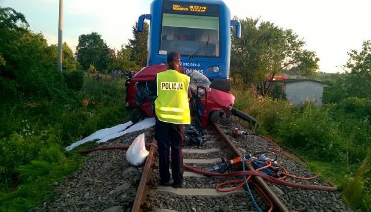 Samochód wjechał przed szynobus z Szyman do Olsztyna. 2 osoby nie żyją